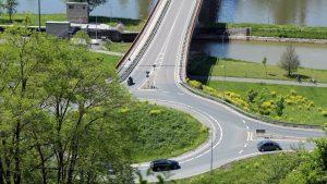 Blick vom Panoramahöhenweg auf Kreisverkehr der B 13