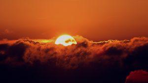 Hinter Wolken untergehende Sonne am 5. Juni 2017 um 21:05 Uhr