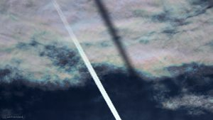 Irisierende Wolken mit Kondensstreifen am 8. Juni 2017 um 18:43 Uhr
