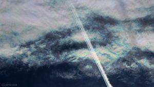 Irisierende Wolken mit Kondensstreifen am 8. Juni 2017 um 18:45 Uhr