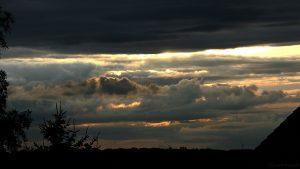 Wolkenverhangener Westhimmel am 29. Juni 2017 um 20:54 Uhr
