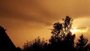 Westhimmel mit Sonne während Gewitter am 6. Juli 2017 um 20:42 Uhr