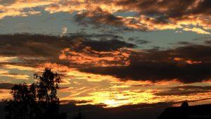 Markante Wolken während des Sonnenuntergangs am 11. Juli 2017 um 21:11 Uhr