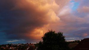 Markante Wolken am Südhimmel während des Sonnenuntergangs am 11. Juli 2017 um 21:13 Uhr