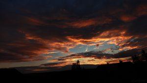 Markante Wolken während des Sonnenuntergangs am 11. Juli 2017 um 21:18 Uhr