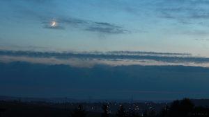 Zunehmender Mond am 26. Juli 2017 um 21:57 Uhr am Westhimmel