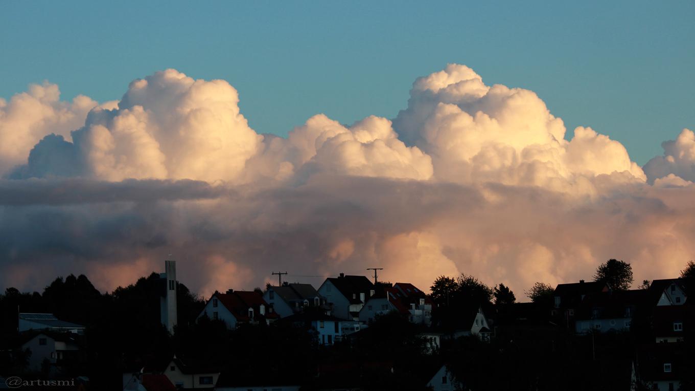 Von der Sonne erleuchtete Cumuluswolken am 14. September 2017 um 19:19 Uhr
