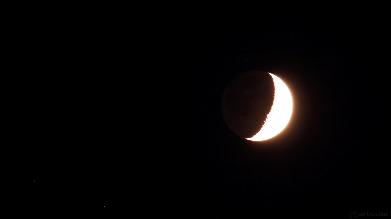 Zunehmender Mond mit Erdlicht am 25. September 2017 um 20:14 Uhr