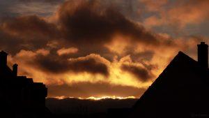 Sonnenaufgang hinter Wolken am 27. November 2017 um 08:20 Uhr