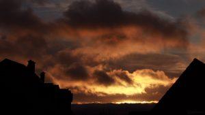 Sonnenaufgang hinter Wolken am 27. November 2017 um 08:21 Uhr