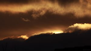 Sonnenaufgang hinter Wolken am 27. November 2017 um 08:22 Uhr