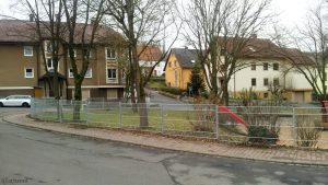 Neuer Metallzaun am Spielplatz Alter-Hettstadter-Weg am 6. Dezember 2017 um 15:09 Uhr