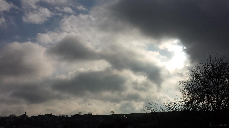 Wetterbild mit Sonne hinter Wolken am 16. Dezember 2017 um 13:04 Uhr