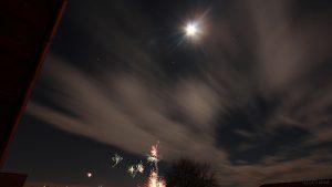 Mond oberhalb Orion und Stier, darunter das Feuerwerk in Eisingen am 1. Januar 2018 um 00:07 Uhr