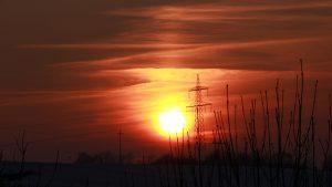 Untergehende Sonne mit schwacher Lichtsäule am 8. Februar 2018 um 17:04 Uhr
