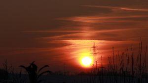 Untergehende Sonne mit schwacher Lichtsäule am 8. Februar 2018 um 17:05 Uhr