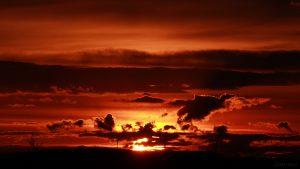 Sonnenuntergang hinter Wolken am Karsamstag, 31. März 2018 um 19:44 Uhr
