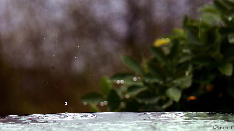 Regentropfen trifft auf Glastischplatte auf - 13. April 2018, 17:19 Uhr