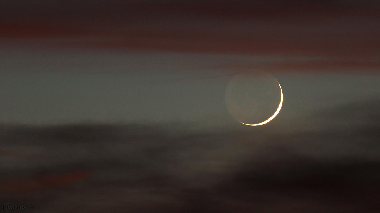 Schmale Mondsichel mit Erdlicht erstmals nach Neumond am 17. April 2018 um 21:07 Uhr