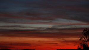 Schmale Mpndsichel und Planet Venus während der nautischen Dämmerung am 17. April 2018 um 21:08 Uhr am Westhimmel von Eisingen