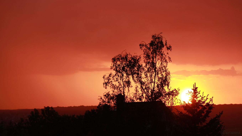 Regenschauer während des Sonnenuntergangs am 9. Mai 2018 um 20:37 Uhr