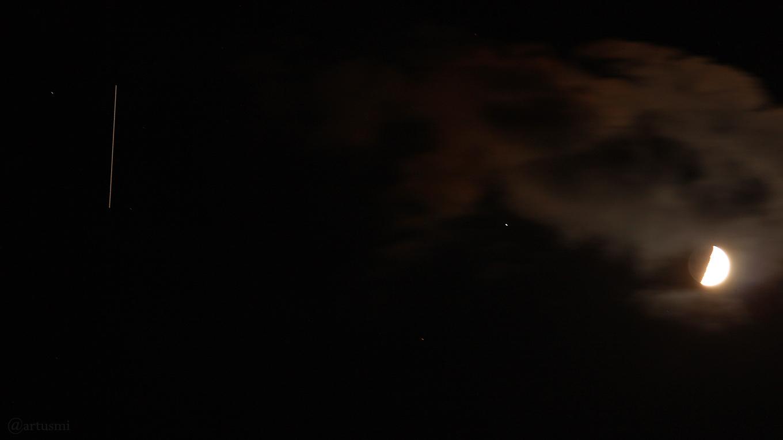 Die Internationale Raumstation ISS, Regulus und zunehmender Mond am 21. Mai 2018 um 23:54 Uhr