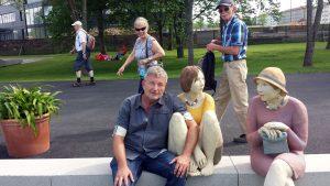 Schnappschuss mit Figuren aus Ton der Würzburger Bildhauerin Hilde Würtheim. Foto: Margarete Schmitt