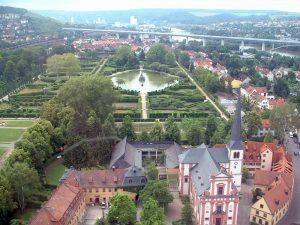 Hofgarten in Veitshöchheim im Lkr. Würzburg mit ICE-Trasse