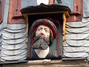 Bürgermeisterkopf von Tilman Riemenschneider am Rathaus in Ochsenfurt im Lkr. Würzburg