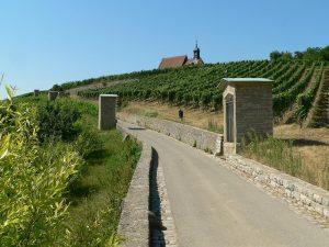 Kreuzweg hoch zur Wallfahrtskirche Maria im Weingarten bei Volkach im Lkr. Kitzingen