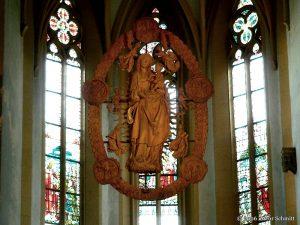 Madonna im Rosenkranz von Tilman Riemenschneider in der Wallfahrtskirche Maria im Weingarten bei Volkach im Lkr. Kitzingen