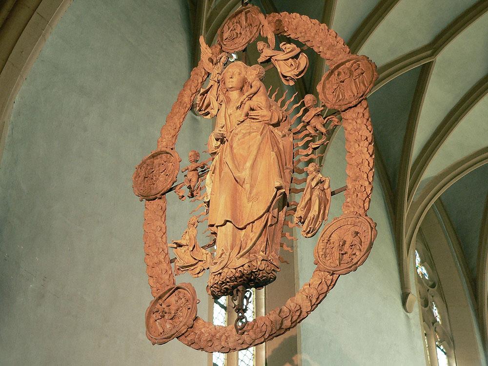Madonna im Rosenkranz von Tilman Riemenschneider in der Wallfahrtsirche Maria im Weingarten bei Volkach im Lkr. Kitzingen