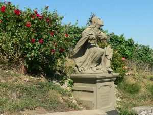 Steinfigur am Kreuzweg Maria im Weingarten