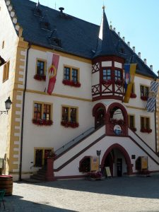 Rathaus in Volkach am Main im Lkr. Kitzingen