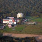 Main-Klinik Ochsenfurt mit Landplatz des Rettungshubschraubers Christoph 18