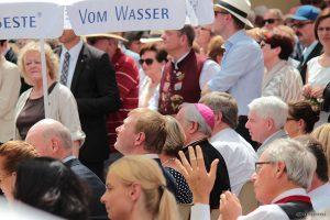 Landrat Eberhard Nuß, 1. Bürgermeister Peter Juks, Bischof Friedhelm Hofmann und Zentralratspräsident Dr. Josef Schuster beim Tag der Franken am 6. Juli 2014 in Ochsenfurt im Lkr. Würzburg