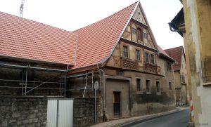 Altes Fachwerkhaus mit neuem Dach in Goßmanndsdorf am Main im Lkr. Würzburg
