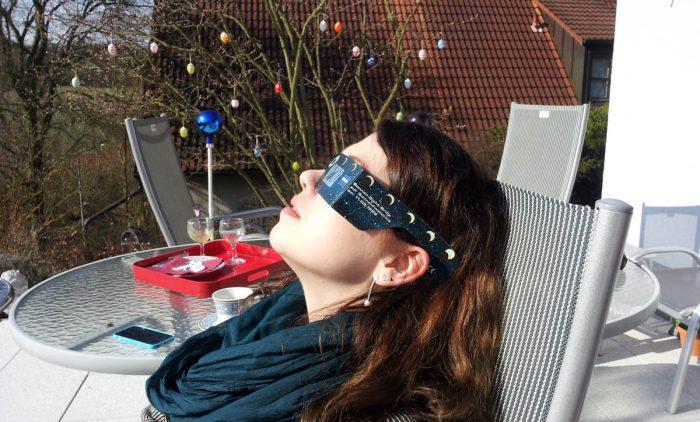 Ines Götz währen der partiellen Sonnenfinsternis am 20. März 2015
