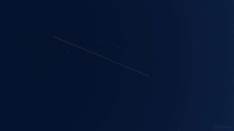 Fast im Zenit passiert die ISS den Asterismus Großer Wagen am 1. Juni 2018 um 22:24 Uhr