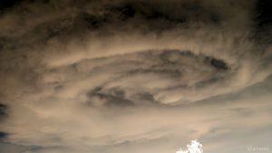 Markante Wolken (invertiert) am 7. Juni 2018 um 19:36 Uhr am Westhimmel von Eisingen