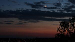 Zunehmender Mond mit Erdlicht am 16. Juni 2018 um 22:41 Uhr nahe bei Venus am Westhimmel