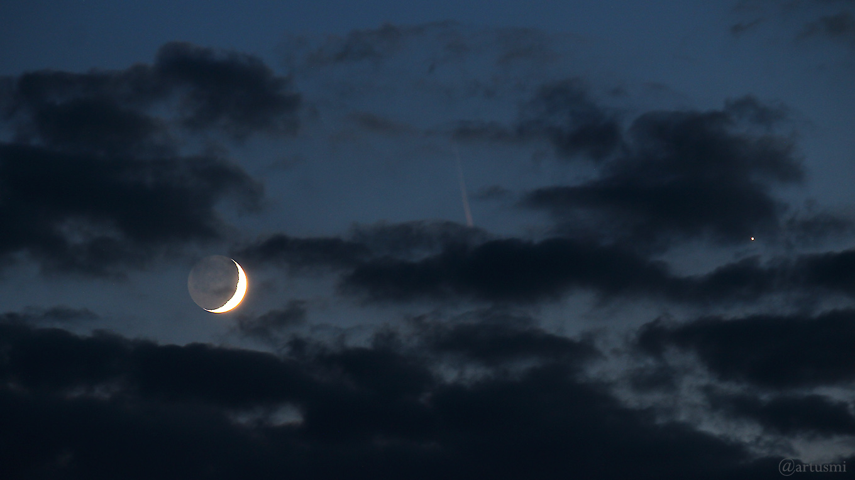 Zunehmender Mond mit Erdlicht am 16. Juni 2018 um 22:43 Uhr nahe bei Venus am Westhimmel