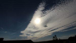 Sonne mit Wolken am 21. Juni 2018 um 17:57 Uhr