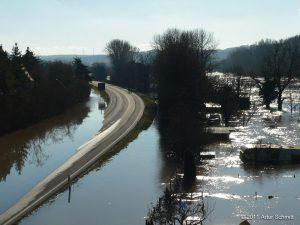Hochwasser am 16.01.2011. Überflutete B 13 und Gärten bei Sommerhausen.