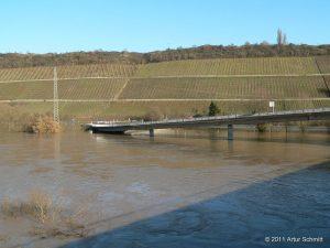 Hochwasser am 16.01.2011. Brückenauffahrt bei Sommerhausen von der B 13 her kommend.