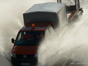Hochwasser am 16.01.2011. Fahrzeug der Straßenmeisterei im Einsatz auf der überfluteten B 13 bei Sommerhausen.