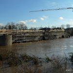 Hochwasser am 16.01.2011 bei Ochsenfurt mit Baustelle Alte Mainbrücke.