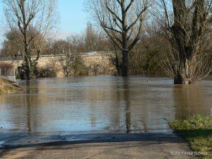 Hochwasser am 16.01.2011. Auffahrt zur Neuen Mainbrücke in Ochsenfurt.