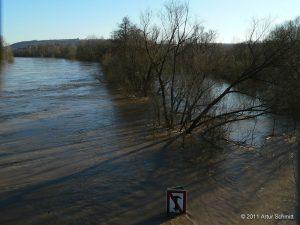 Hochwasser am 16.01.2011 in Würzburg. Blick vom Sebastian-Kneipp-Steg Richtung Heidingsfeld mit Katzenberg.