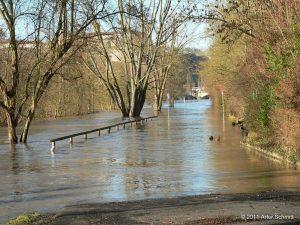 Hochwasser am 16.01.2011 in Würzburg. Überflutete Kurt-Schumacher-Promenade Richtung Ludwigsbrücke.